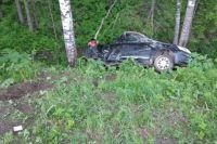 Автомобиль от удара выехал на обочину, где допустил наезд на опору ЛЭП с последующим опрокидыванием.