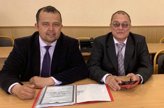 Глава регионального отделения партии Комил Сиразетдинов с блогером Владимиром Кобзевым (справа).