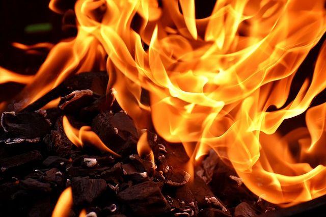 На Шлюзе в Новосибирске сгорел ночью автомобиль