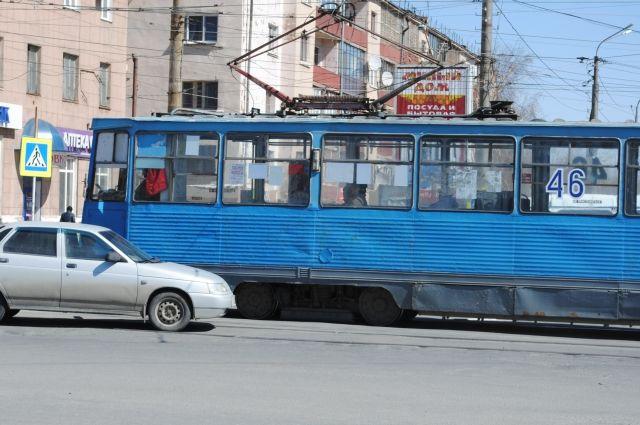 В трамвае мужчине не оказали помощь