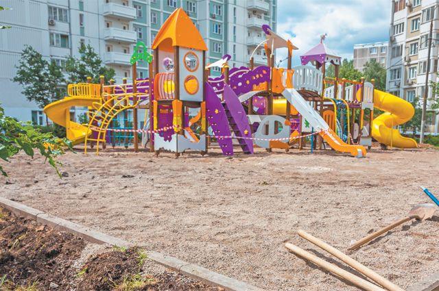 Площадка по адресу: ул. Миклухо-Маклая, д.31, почти готова. Осталось закончить зелёное обрамление детского городка, высадить цветы– и можно принимать первых посетителей.