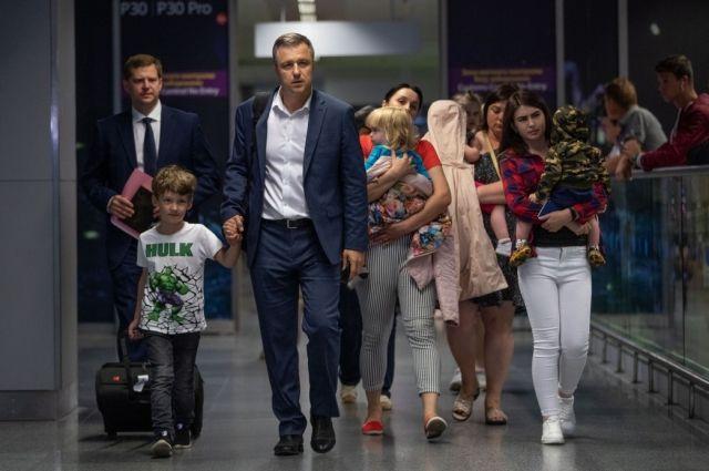 10 детей, мать которых задержали в Грузии, вернулись в Украину