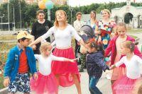 На улице Богданова дети пели и плясали под руководством сотрудников местного концертного зала.