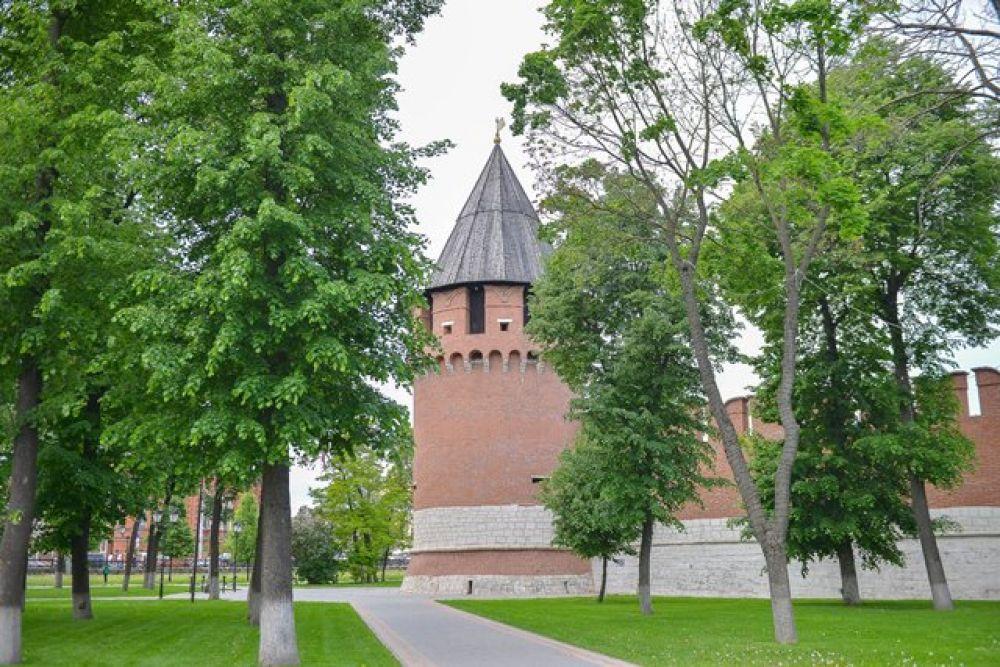 Никитская башня получила имя от близлежащей церкви Святого Никития, позднее названной Старо- Никитской.