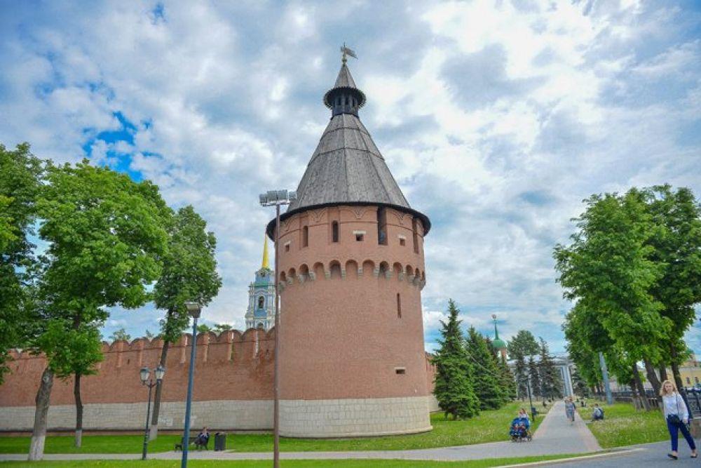 Левая угловая, также глухая - Спасская, на ней находилась смотровая вышка с вестовым колоколом. Башня названа в часть близлежащего храма Спасо- Преображения.