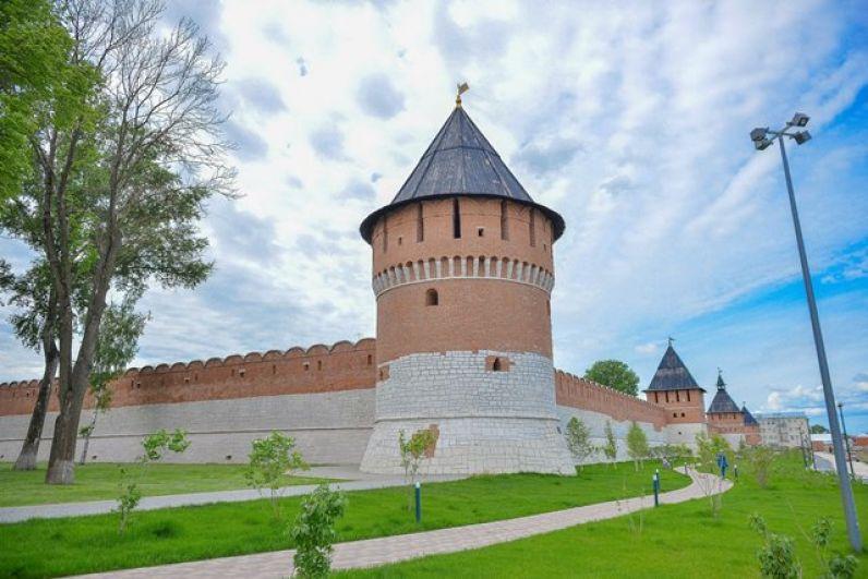 В центре юго - восточной стены башня Ивановских ворот, поименованная так в честь Иоанно-Предтеченского монастыря, построенного неподалеку в память «безвременно на крови погибших» во время осады кремля в 1552 году войсками хана Девлет-Гирея.