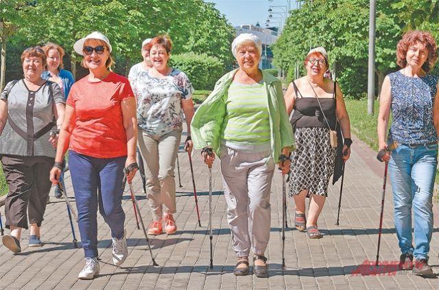 Летние тренировки бутовских пенсионеров по скандинавской ходьбе проходят в лесу или в ландшафтном парке.