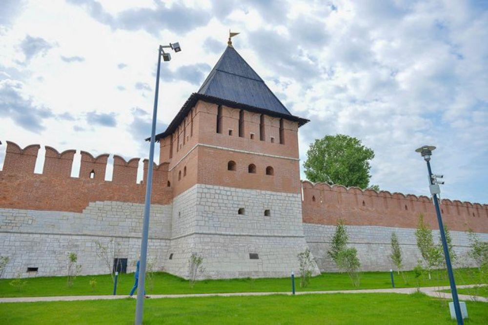 С северной стороны глухая башня – На Погребу, в ней хранились припасы.