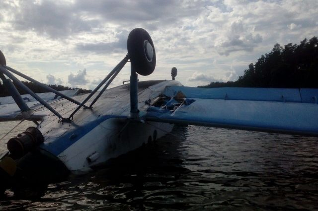В Киеве самолет совершил экстренную посадку на воду