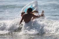 Выбирать стоит официальных пляжи, на которых дежурят спасатели.