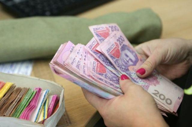 Кабмин назначил прибавки к зарплате нескольким категориям работников