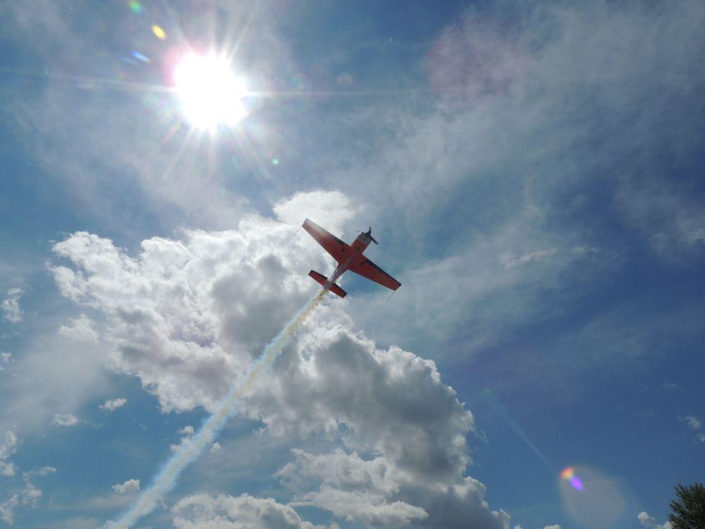 Пришедшие на праздник увидили фигуры высшего пилотажа.