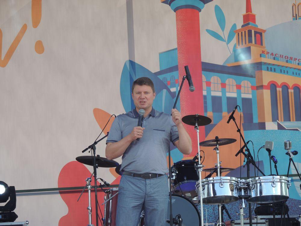 Глава города поздравил красноярцев и открыл фестиваль впечатлений.