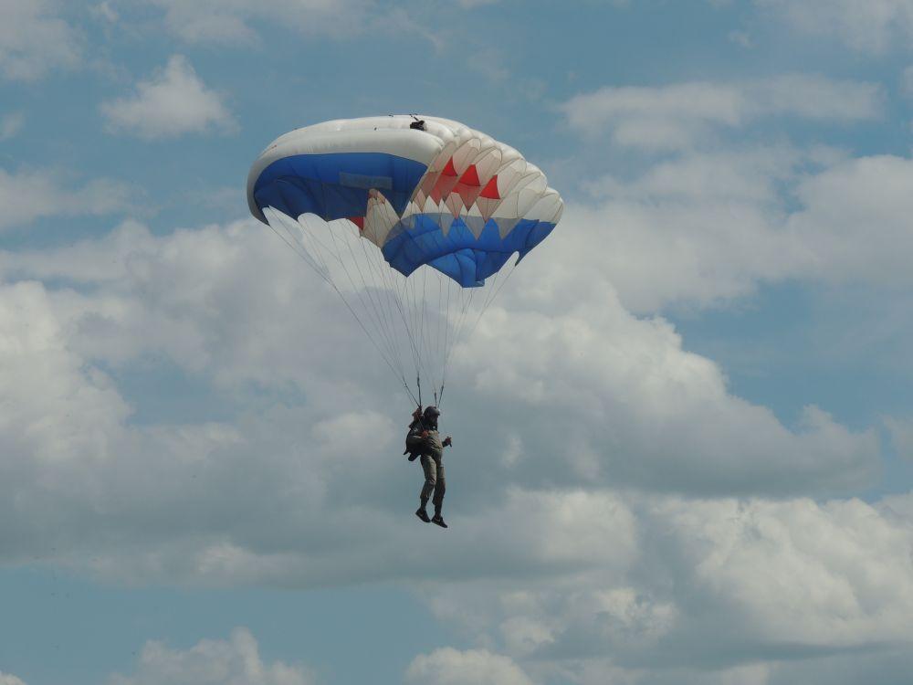 Над островом летали парашютисты.
