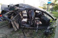Спасатели достали из машины четырёх человек. Трое получили травмы, один погиб. Двое от госпитализации отказались, им оказали медицинскую помощь на месте.