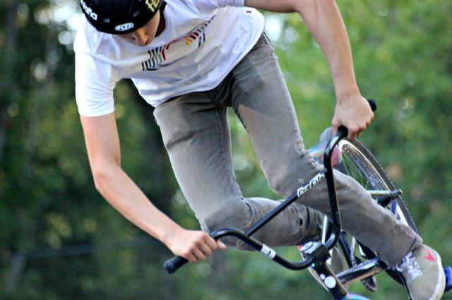 Юный велосипедист  упал прямо во время съёмок сюжета о состоянии скейт-парка. Мальчик поднялся наверх и не проехал и секунды, как его велосипед зацепился за деревянную плиту и подросток со всей силы упал лицом вниз.