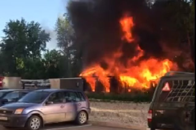 Пожар начался в бараках, расположенных на улице Крылова. Один дом полностью выгорел.