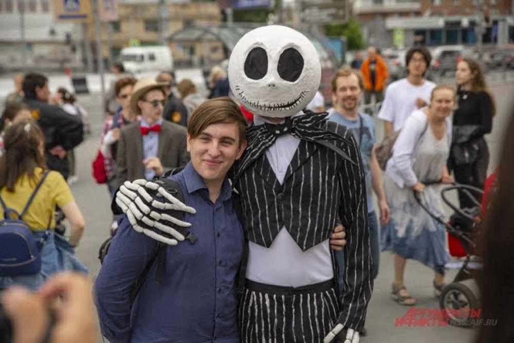 Золотое правило фестиваля косплея: чем причудливее наряд, тем больше внимания окружающих он приковывает. Неудивительно, что сфотографироваться с ходячим скелетом хотели многие.