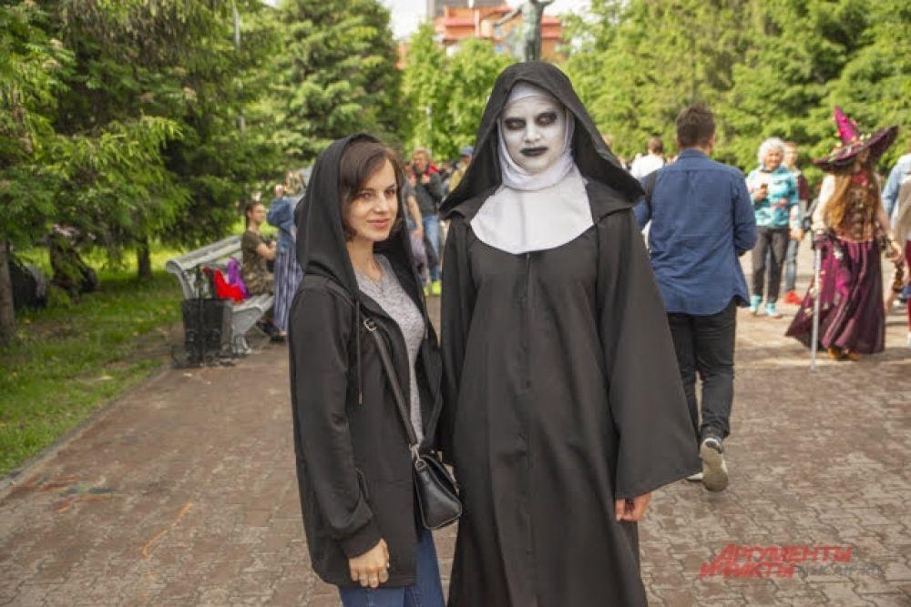 """Перевоплощение в зловещую героиню фильма ужасов """"Проклятие монахини"""" (2018 год) сделало одну из участниц звездой фестиваля. С ней не сфотографировался разве что ленивый!"""