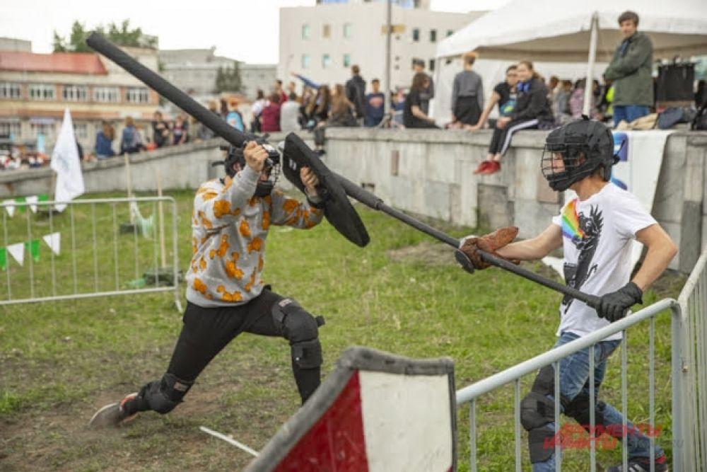 Для желающих помериться силами была организована площадка для проведения рыцарских турниров.