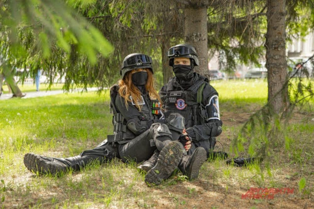 А эта парочка взялась за дело серьезно. На фестивале ZNAKИ ребята предстали в роли бойцов спецназа, несмотря на жару выбрав экипировку из плотной ткани и тяжелое обмундирование.