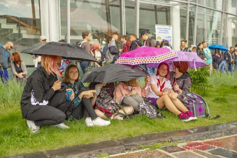 А вот и эти зонтики! Дождь не только не нарушил веселье, но и добавил толику удовольствия: после палящего солнца капельки казались настоящим спасением.