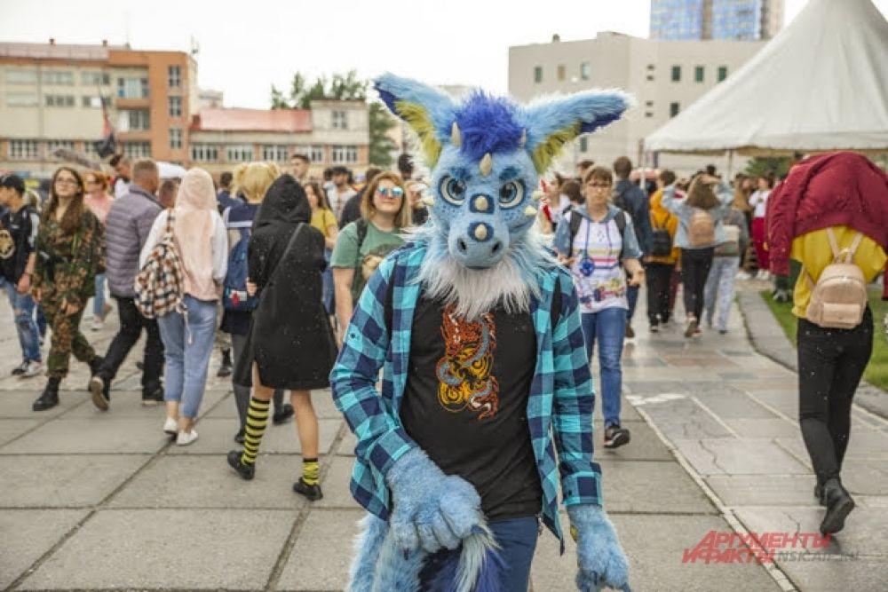 Традиционно новосибирцы долго и усиленно готовятся к каждому фестивалю ZNAKИ, подбирая самые эффектные костюмы. Но в этот раз подготовка была особенно тщательной, ведь прошедший фестиваль стал 10-м, юбилейным.