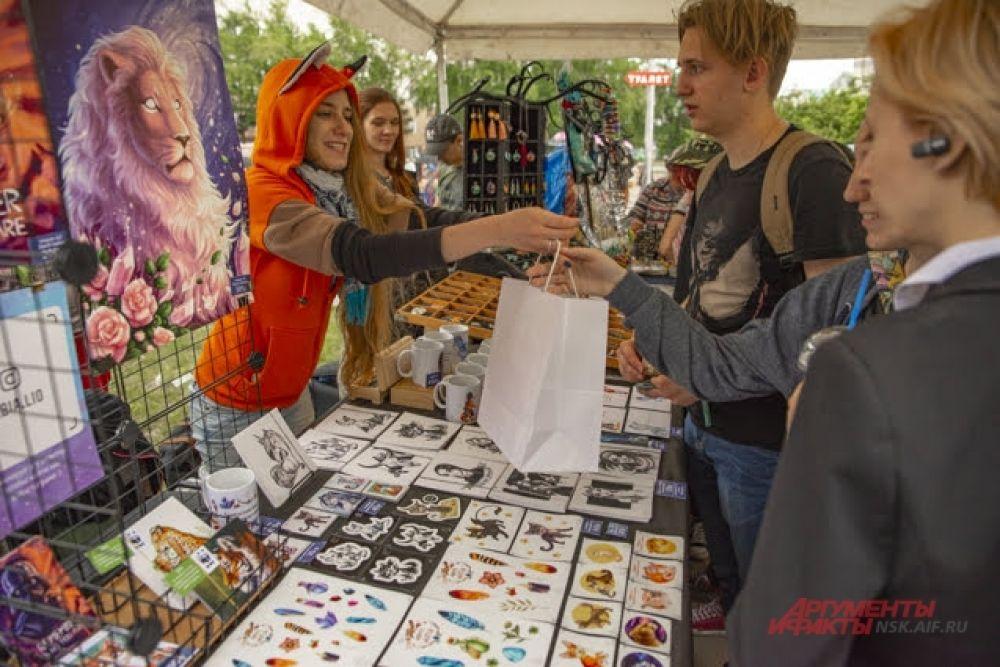 Для желающих забрать с фестиваля не только памятные снимки, но и сувениры, работала лавка, где можно было приобрести любопытные и необычные вещицы.