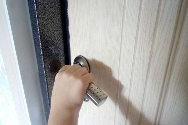 Чтобы попасть в квартиру, спасателям и полицейским пришлось взламывать дверь.