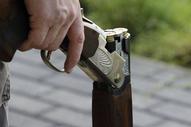 Полиция прибыла на место и обнаружила 66-летнего пенсионера в нетрезвом состоянии. Он сидел во дворе с охотничьим ружьем в руках.