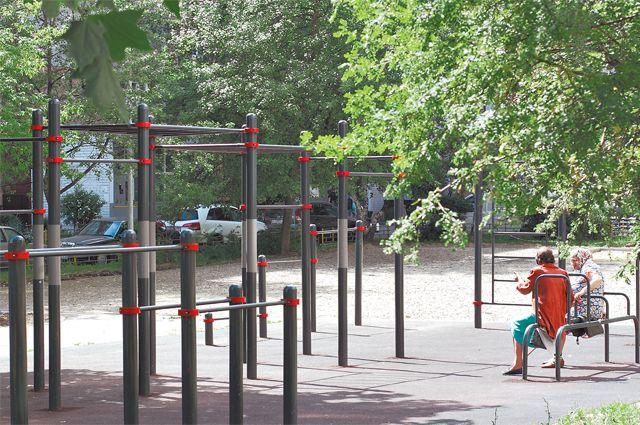 Спортивный городок наРатной останется напрежнем месте, ав детской зоне появятся интересные развлечения– например, игровой комплекс вформе динозавра.