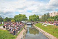 Жители собрались на площадке в пойме реки Битцы отпраздновать День защиты детей.