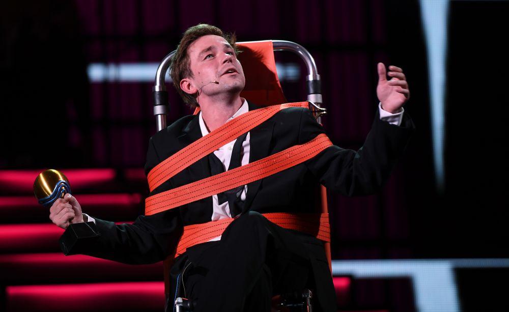 Актёр Александр Петров выступает на торжественной церемонии.
