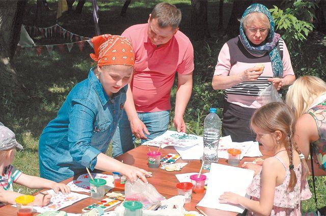 На семейном празднике ухрама св. Ефросинии вКотловке организовали мастер-классы длядетей. Например, наэтой площадке можно было научиться рисовать акварелью.