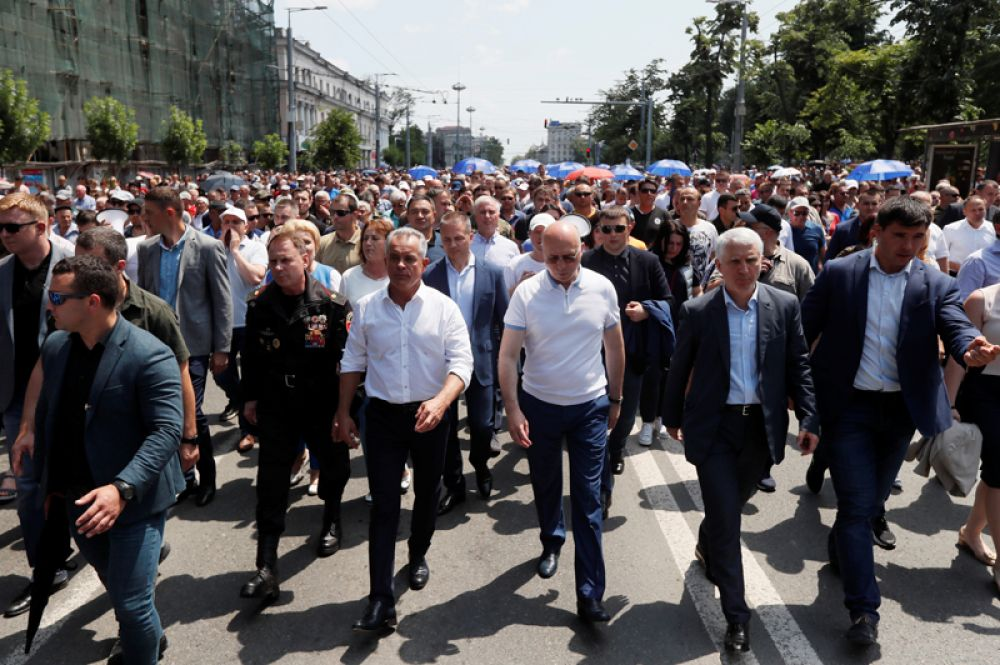 Врио президента Молдавии Павел Филип (в центре справа) и лидер Демократической партии Владимир Плахотнюк (в центре слева) на митинге в Кишиневе.