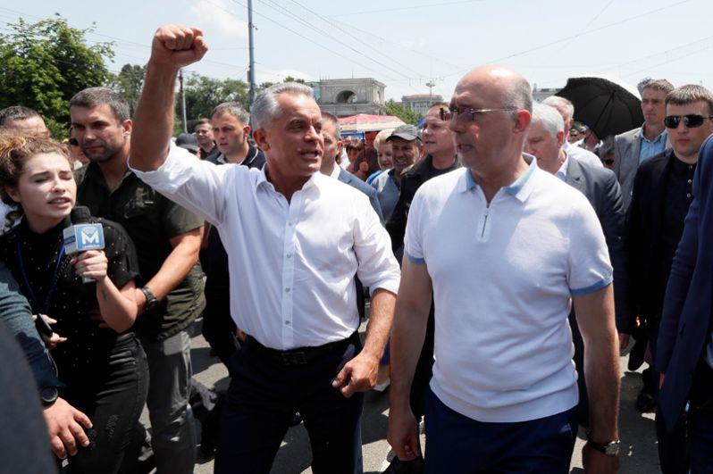 Врио президента Молдавии Павел Филип (справа) и лидер Демократической партии Владимир Плахотнюк (слева) на митинге в Кишиневе.