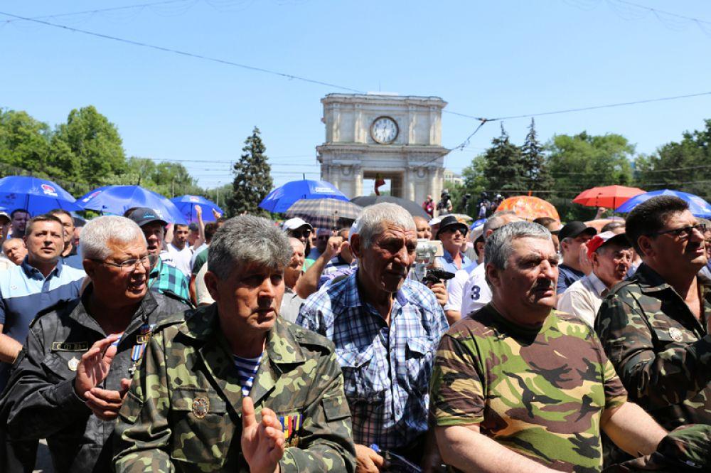 Сторонники Демократической партии на митинге в Кишиневе.