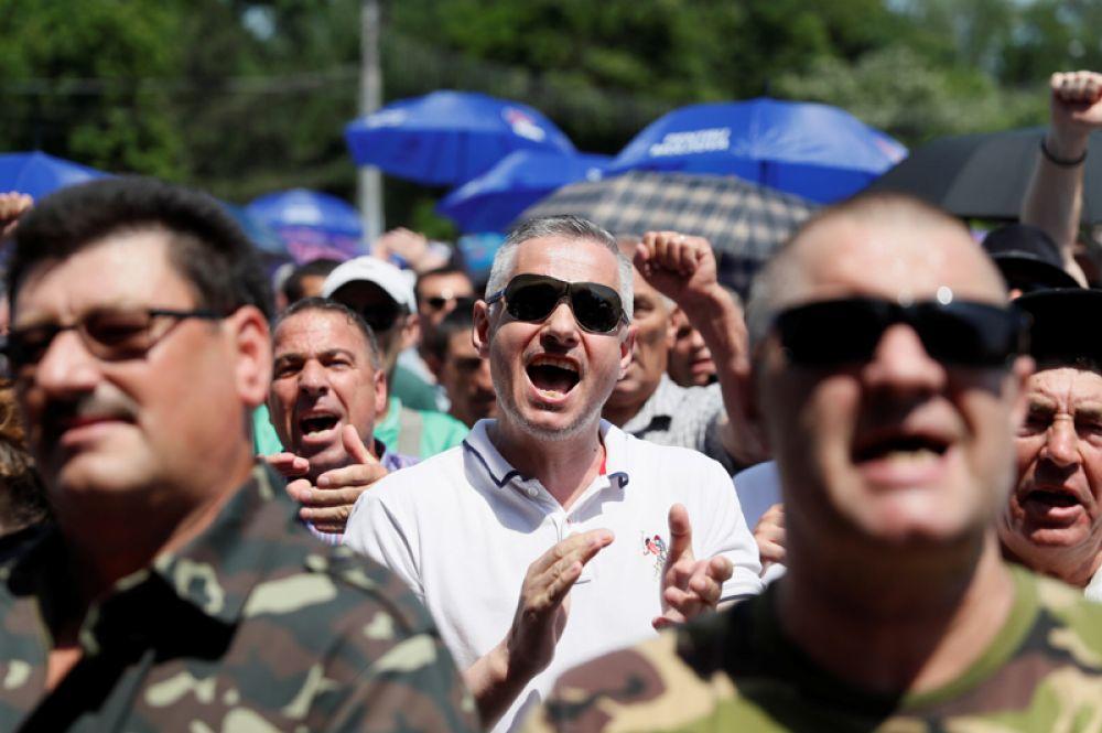 Собравшиеся скандируют лозунги, в том числе, призывающие к отставке Додона.