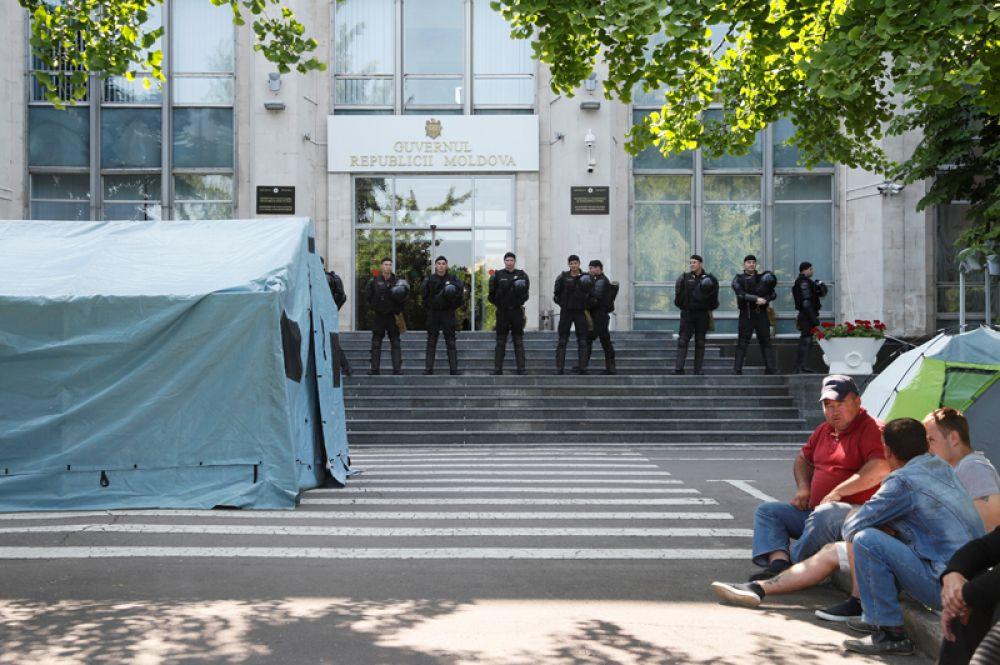 Премьер-министр Молдавии Майя Санду призвала сотрудников правоохранительных органов не блокировать работу государственных учреждений и не подчиняться приказам Демпартии.