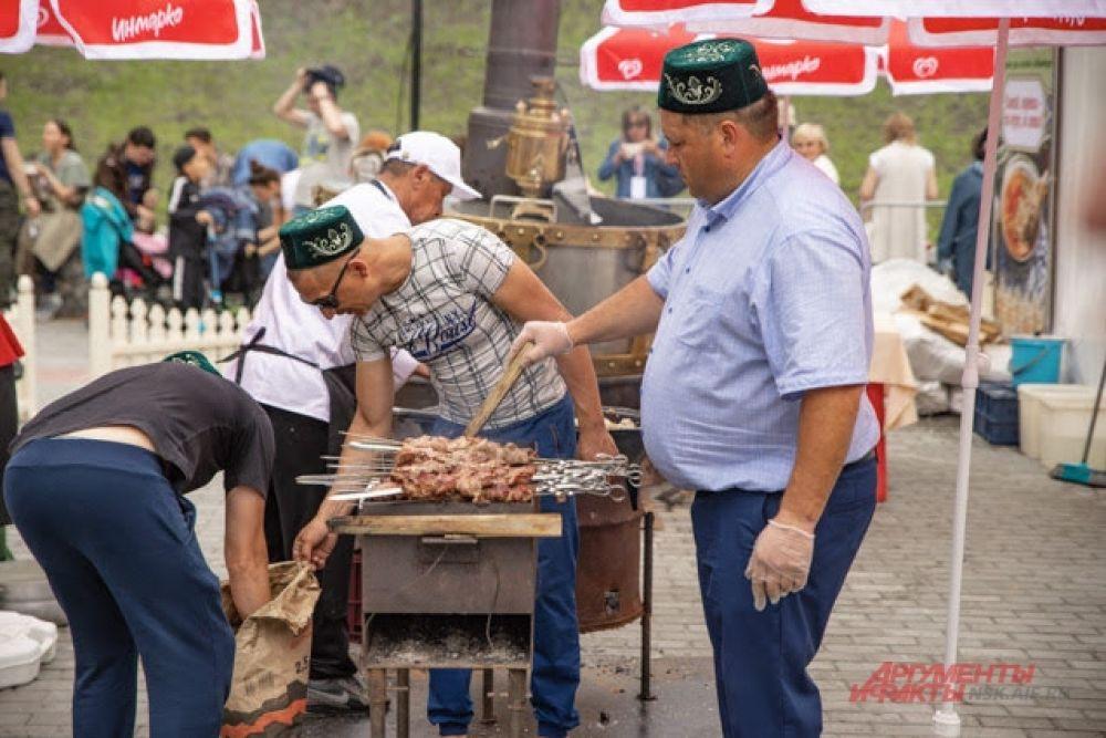 Шашлык из цыплят - прекрасный перекус в разгар жары и заразительного веселья.