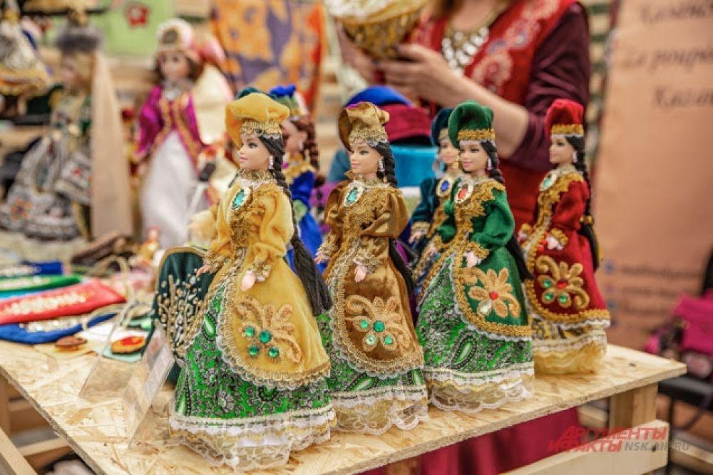Кстати, вот одни из самых популярных сувениров - куклы в национальных костюмах. На Сабантуе они разлетались, словно горячие пирожки.