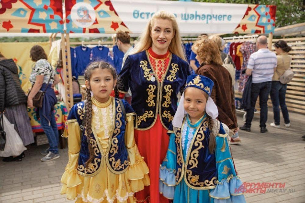В2003 году праздник Сабантуй был включен всписок «Шедевры нематериального наследия человечества» иежегодно, начиная с2004года, проходит под эгидой ЮНЕСКО. Ради праздника такого масштаба женщины подобрали роскошные национальные костюмы.