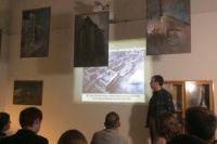 Демьян Валуев проводит публичную лекцию об архитектуре советского авангарда.