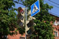 Зеленый сигнал светофора уже мигал, когда пешеход переходил дорогу.