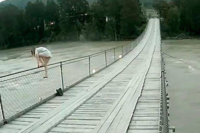 Девушка пыталась спрыгнуть с моста