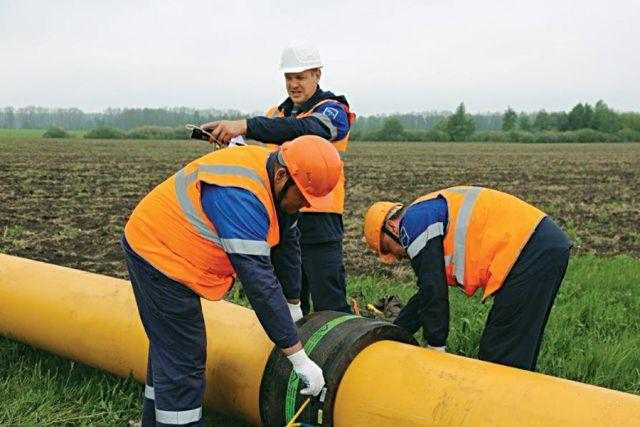 В работе специалисты газовой компании использовали трубы большого диаметра.