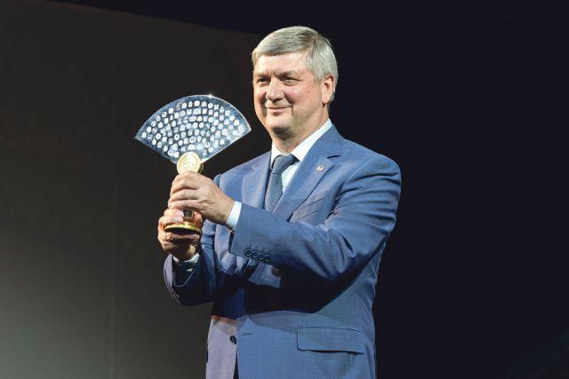 Александр Гусев принял символ марафона – статуэтку в форме древнегреческого амфитеатра с гербами всех 85 субъектов РФ.