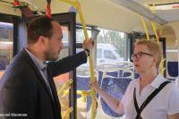 Кондуктор Светлана Веселова рассказала, что автобусы теперь подходят к остановкам по расписанию.