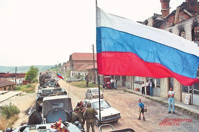 Колонна российских миротворцев вПриштине, июнь 1999 г. Косовские сербы встречали наших военных как освободителей.