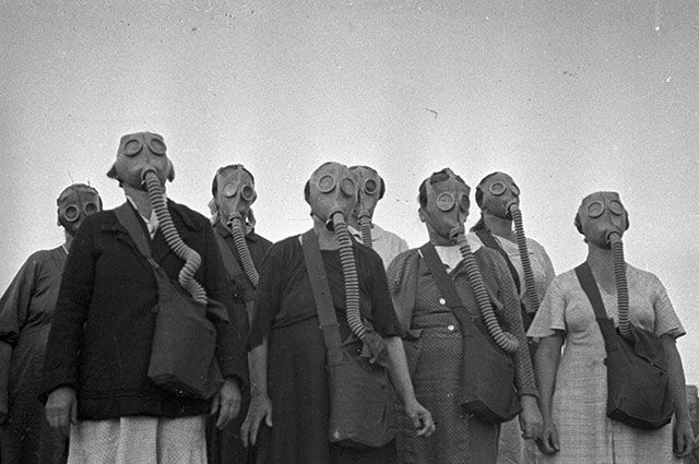 Из серии «Если завтра война...». Учения населения по химзащите. Москва, 1938 год.